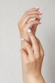 Vrouwelijke goed verzorgde handen en manicure. handverzorging en hydratatie. gezondheid en schoonheid concept