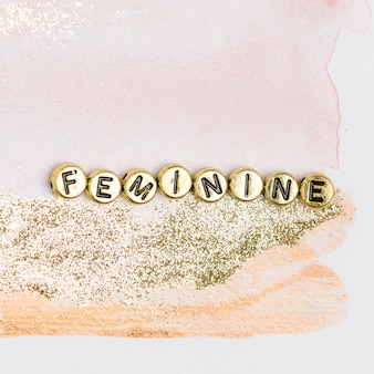 Vrouwelijke gouden woordkralen