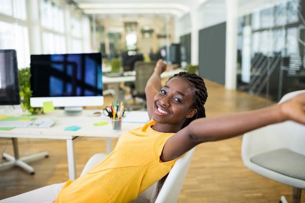 Vrouwelijke grafisch ontwerper in vrolijke stemming