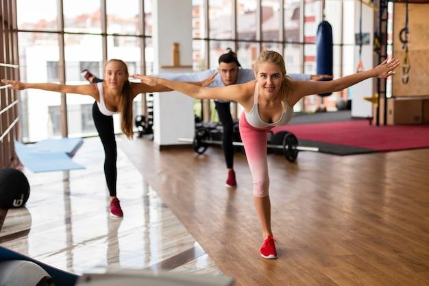 Vrouwelijke groep in fitness klasse