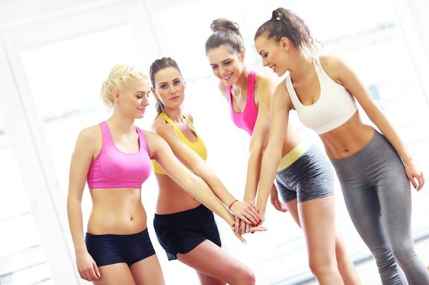 Vrouwelijke groep juichen na de training