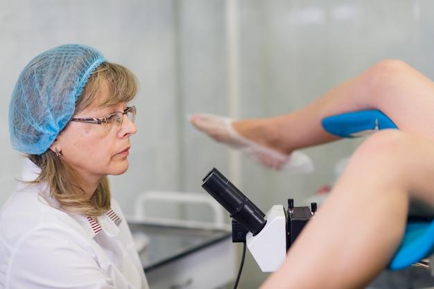 Vrouwelijke gynaecoloog tijdens onderzoek in haar kantoor