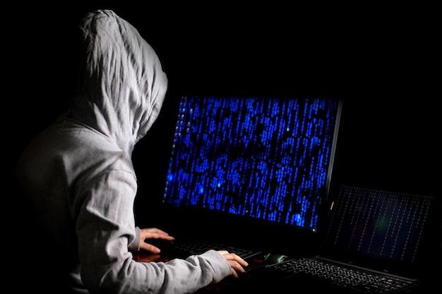 Vrouwelijke hacker breekt in op dataservers van de overheid en infecteert hun systeem