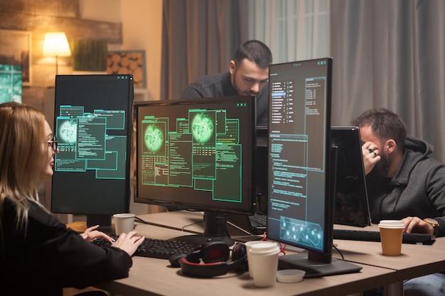 Vrouwelijke hacker met haar team van cyberterroristen die een gevaarlijk virus maken om de overheid aan te vallen.