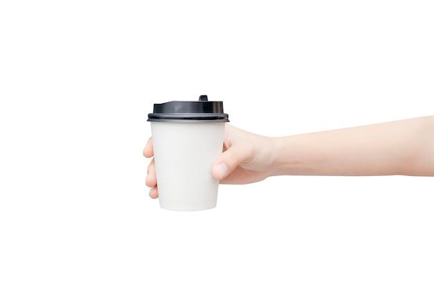 Vrouwelijke hand die een koffiedocument kop op wit houdt