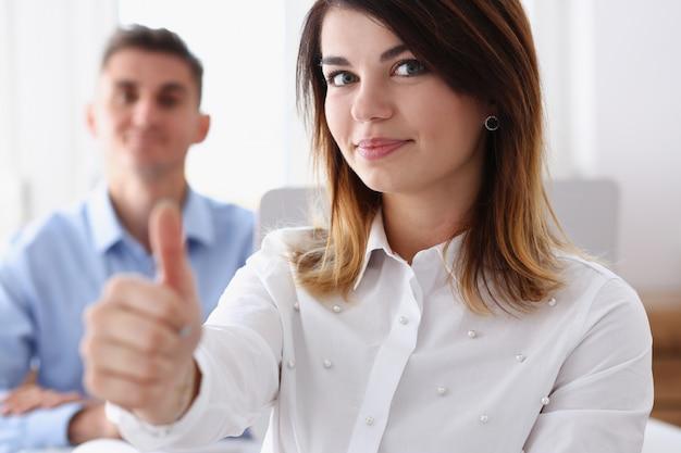 Vrouwelijke hand die ok of goedkeuringsbord met duim toont