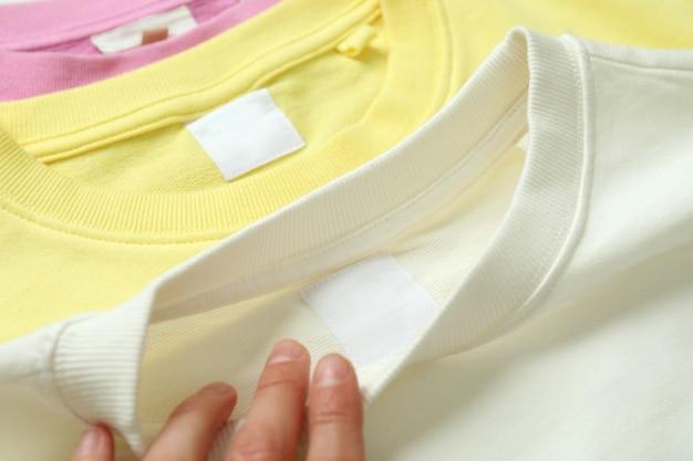 Vrouwelijke hand en kleurensweatshirts