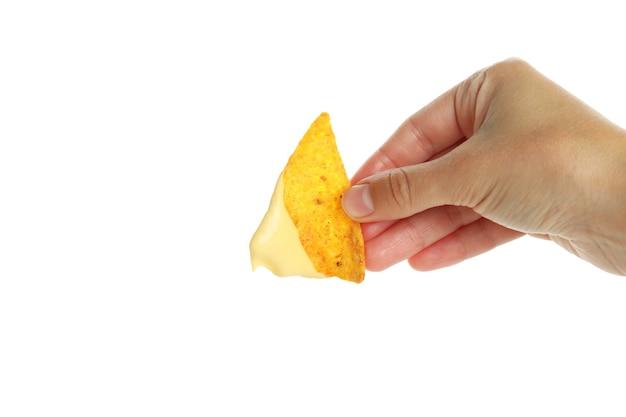 Vrouwelijke hand houdt chip met kaassaus, geïsoleerd op een witte achtergrond
