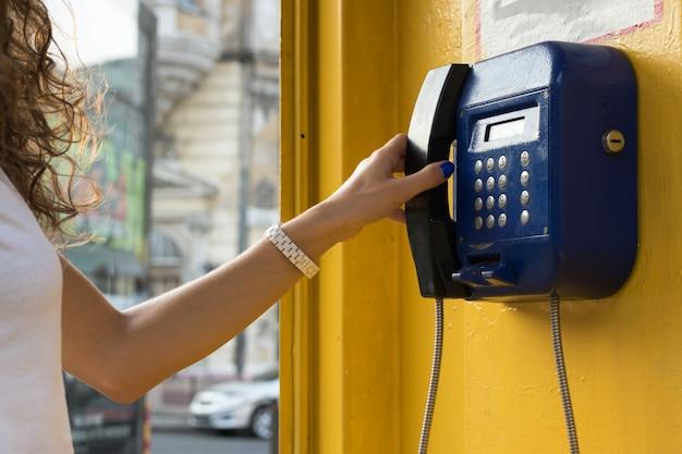 Vrouwelijke hand houdt de telefoon omhoog