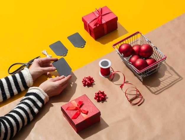 Vrouwelijke hand houdt een etiket voor kerstcadeaus