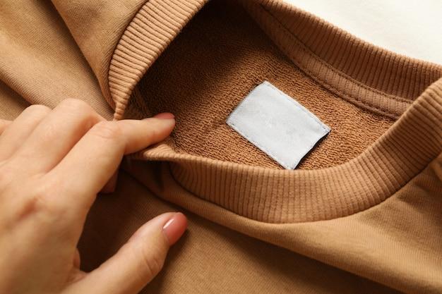 Vrouwelijke hand houdt leeg stijlvol sweatshirt