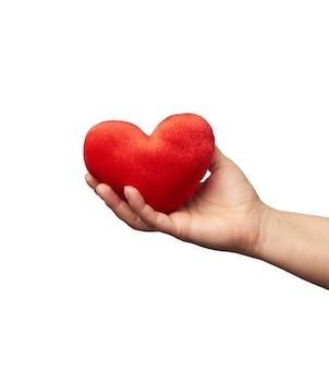 Vrouwelijke hand houdt rood textiel hart op wit geïsoleerd