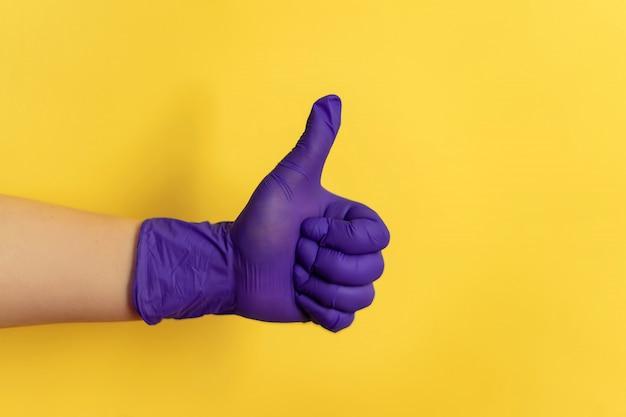 Vrouwelijke hand in latex faux handschoen toont verschillende gebaren, alternatieve huisreiniging