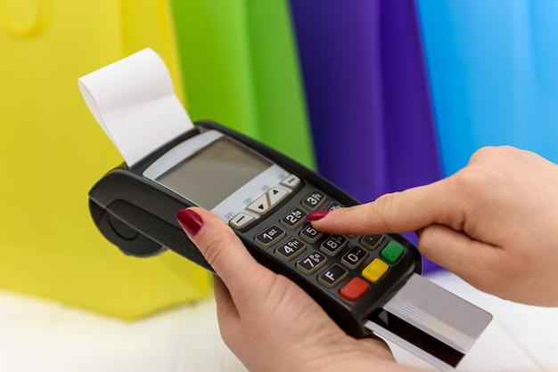 Vrouwelijke hand knoppen op terminal met kaart te drukken