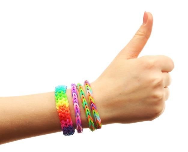 Vrouwelijke hand met armbanden op wit wordt geïsoleerd