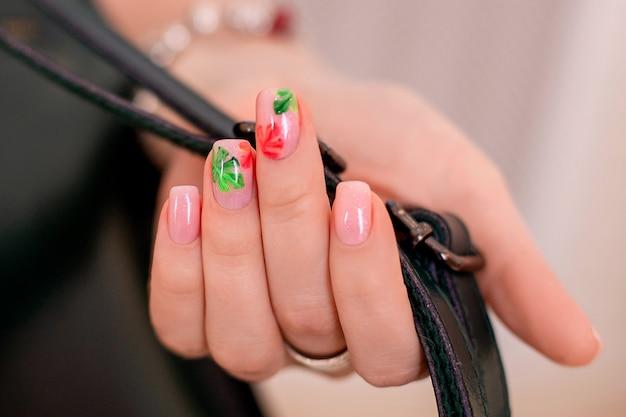 Vrouwelijke hand met creatieve manicurespijkers