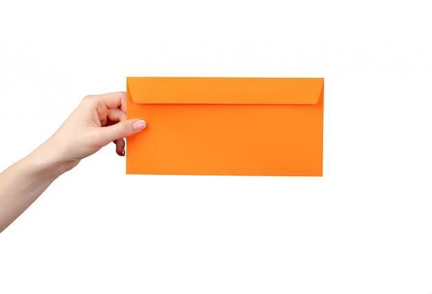 Vrouwelijke hand met de envelop van de manicureholding die op wit wordt geïsoleerd