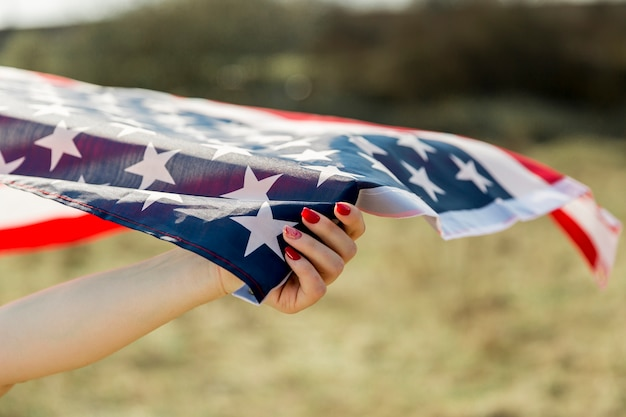 Vrouwelijke hand met de vlag van de vs