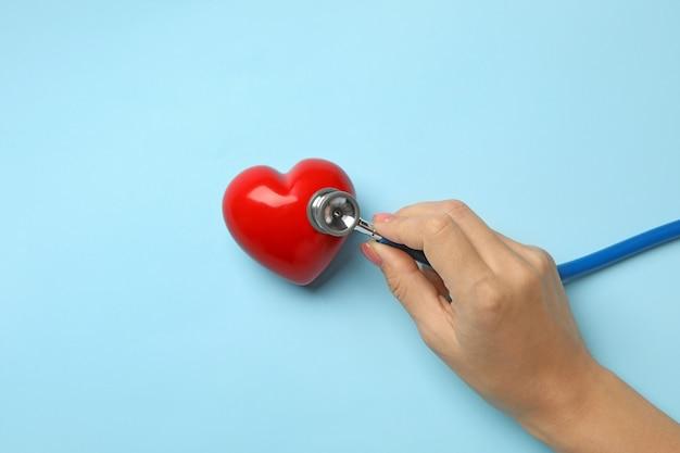Vrouwelijke hand met een stethoscoop die hartslag controleert