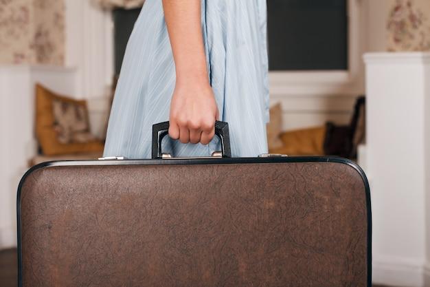 Vrouwelijke hand met koffer.