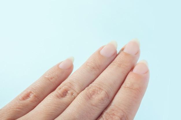 Vrouwelijke hand met lange nagels