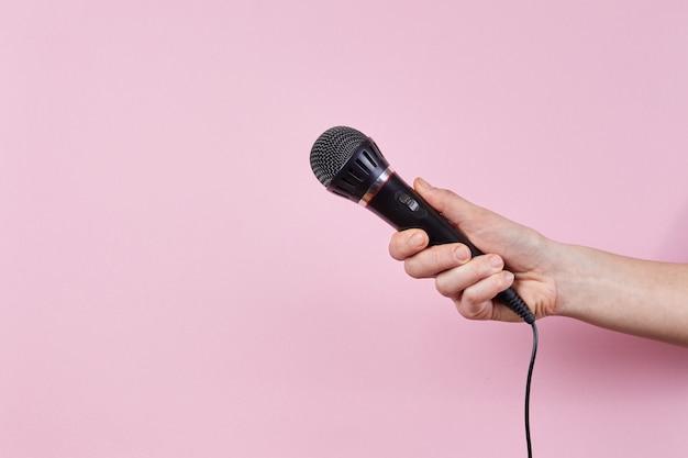Vrouwelijke hand met microfoon