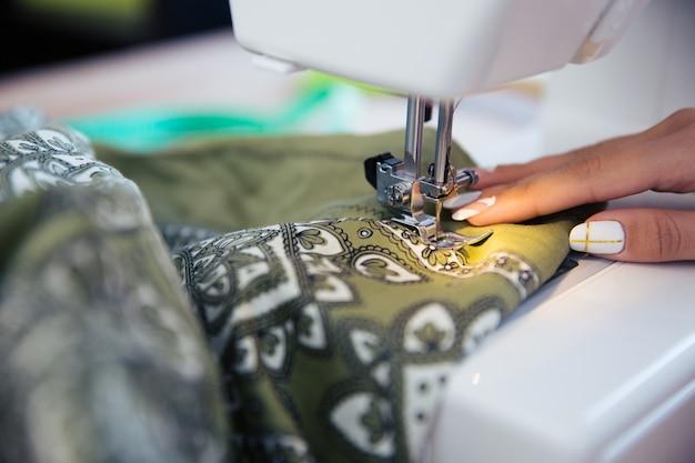 Vrouwelijke hand met naaimachine