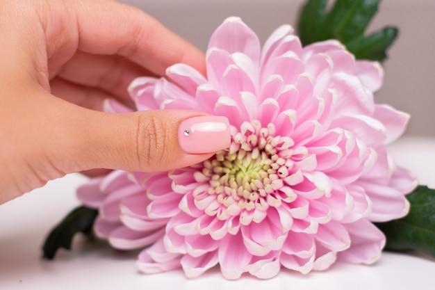 Vrouwelijke hand met naakte manicurespijkers