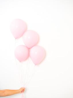 Vrouwelijke hand met roze ballonnen