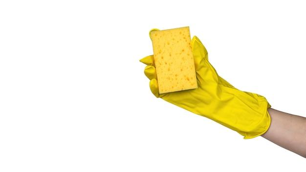 Vrouwelijke hand met schuimspons die op wit wordt geïsoleerd. een item om af te wassen.