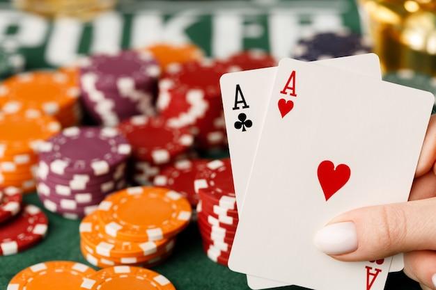 Vrouwelijke hand met speelkaarten in casino