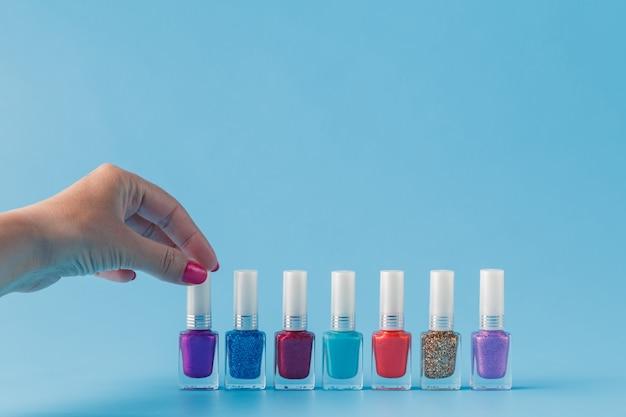 Vrouwelijke hand met stijlvolle kleurrijke nagels