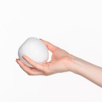 Vrouwelijke hand met witte lege piepschuim ovaal