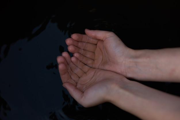 Vrouwelijke hand natuur landschap reizen levensstijl