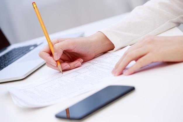 Vrouwelijke hand schrijven, close-up