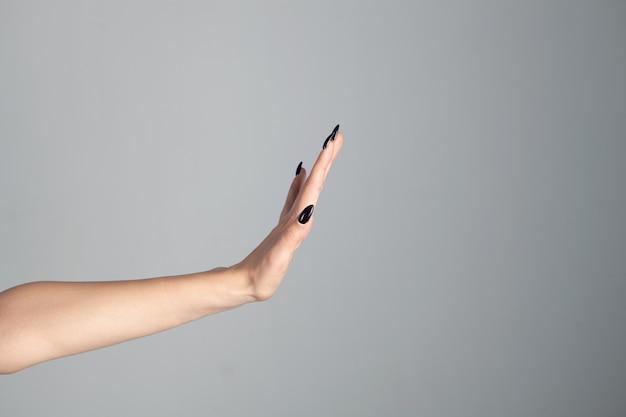 Vrouwelijke hand weergegeven: stopbord