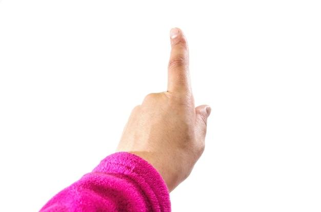 Vrouwelijke hand wijst een vinger op een witte kamer