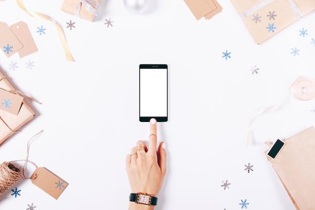 Vrouwelijke handen aanraken van het scherm van een mobiele telefoon