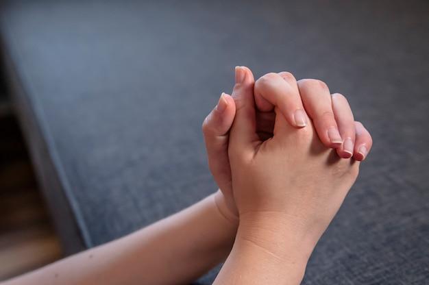 Vrouwelijke handen bidden. bid in de ochtend, vrouw bidden met de handen samen