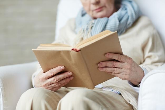 Vrouwelijke handen die boek houden