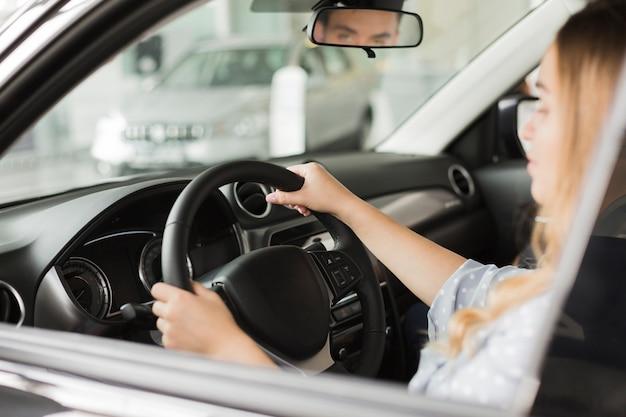 Vrouwelijke handen die een modern autowiel houden