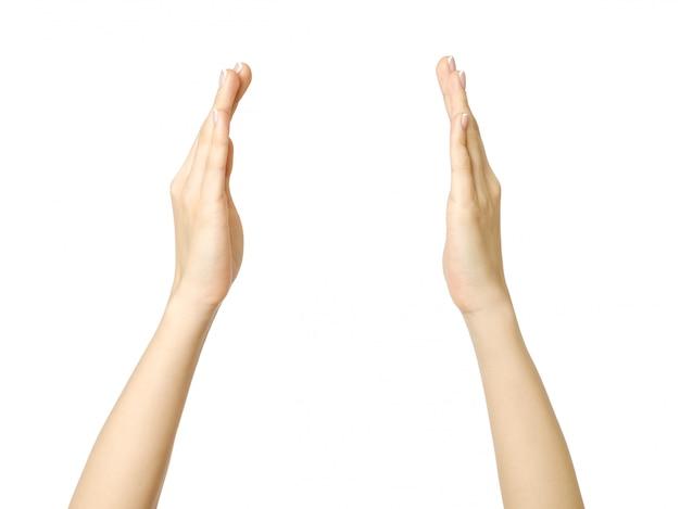 Vrouwelijke handen die iets meten