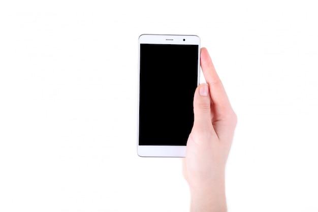 Vrouwelijke handen die mobiele telefoon met het lege scherm houden dat op wit wordt geïsoleerd