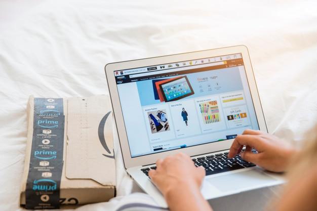 Vrouwelijke handen die op laptop typen