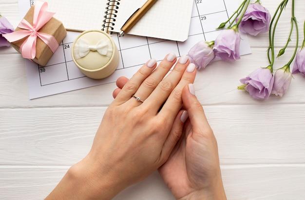 Vrouwelijke handen die ring dragen
