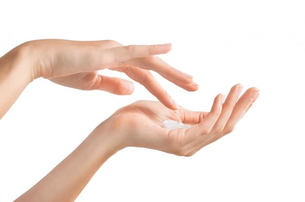 Vrouwelijke handen die vochtinbrengende crème toepassen