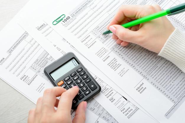 Vrouwelijke handen en belastingformulier