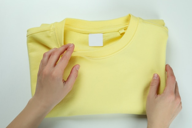 Vrouwelijke handen en geel sweatshirt, bovenaanzicht