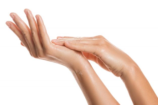 Vrouwelijke handen en hydraterende crème