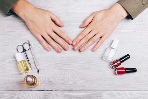 Vrouwelijke handen en manicure-accessoires